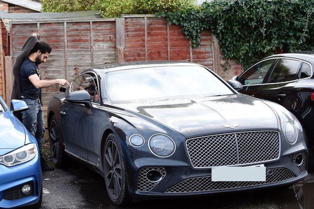 محمد صلاح يقود سيارته الجديدة