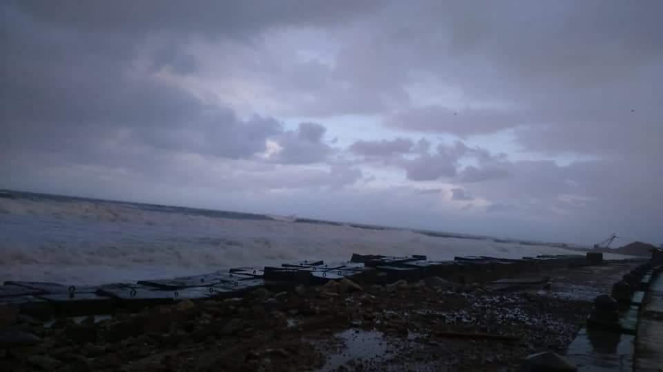 ارتفاع امواج البحر المتوسط فى الاسكندرية من 3-4 أمتار (2)