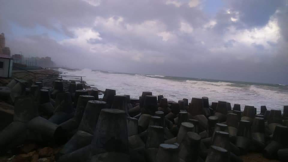 ارتفاع امواج البحر المتوسط فى الاسكندرية من 3-4 أمتار (3)