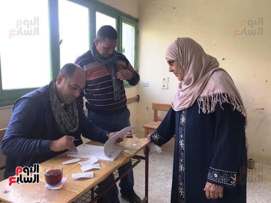 إقبال أهالى العريش على المشاركة فى انتخابات (8)