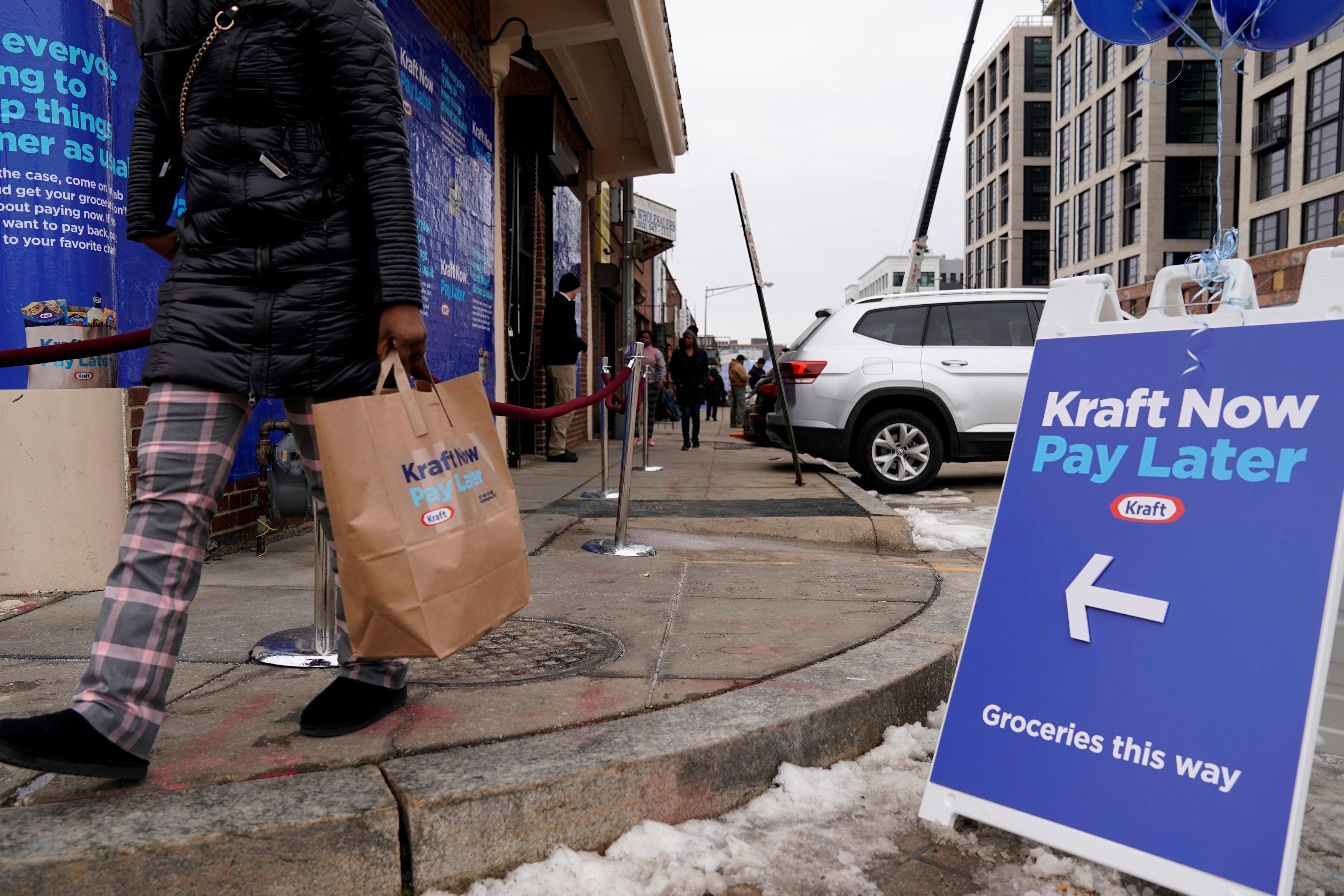 لافتة تضعها الشركة عند مدخل المتجر تدعو المواطنين للحصول على احتياجاتهم والدفع بعد ذلك