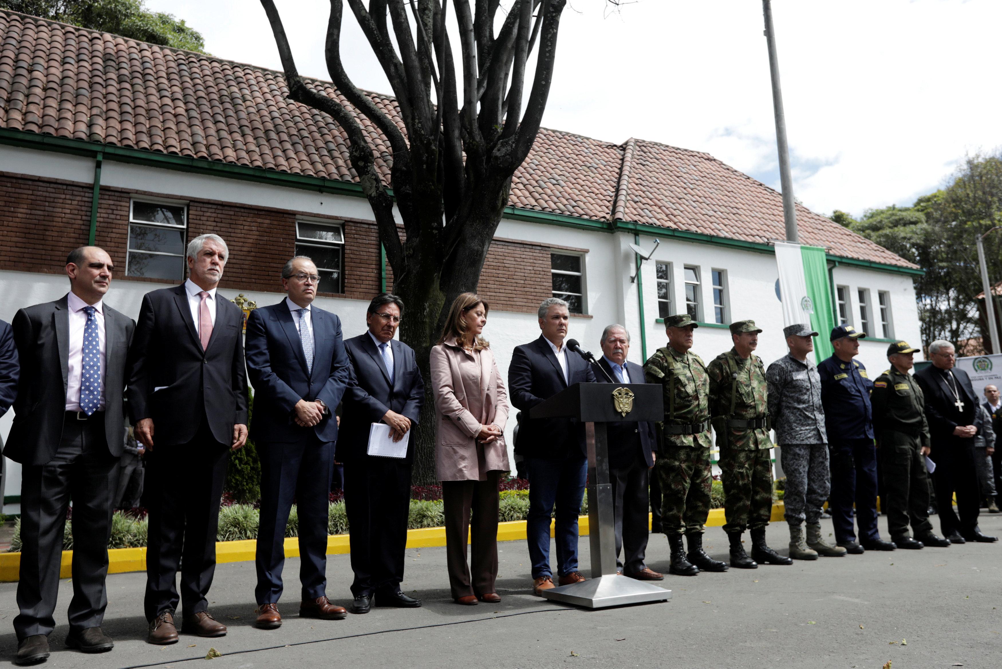 الرئيس الكولومبى يتوسط عدد من المسئولين فى المؤتمر الصحفى