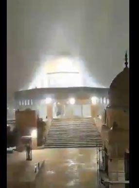 الأمطار والثلوج تتساقط فوق مسجد قبة الصخرة