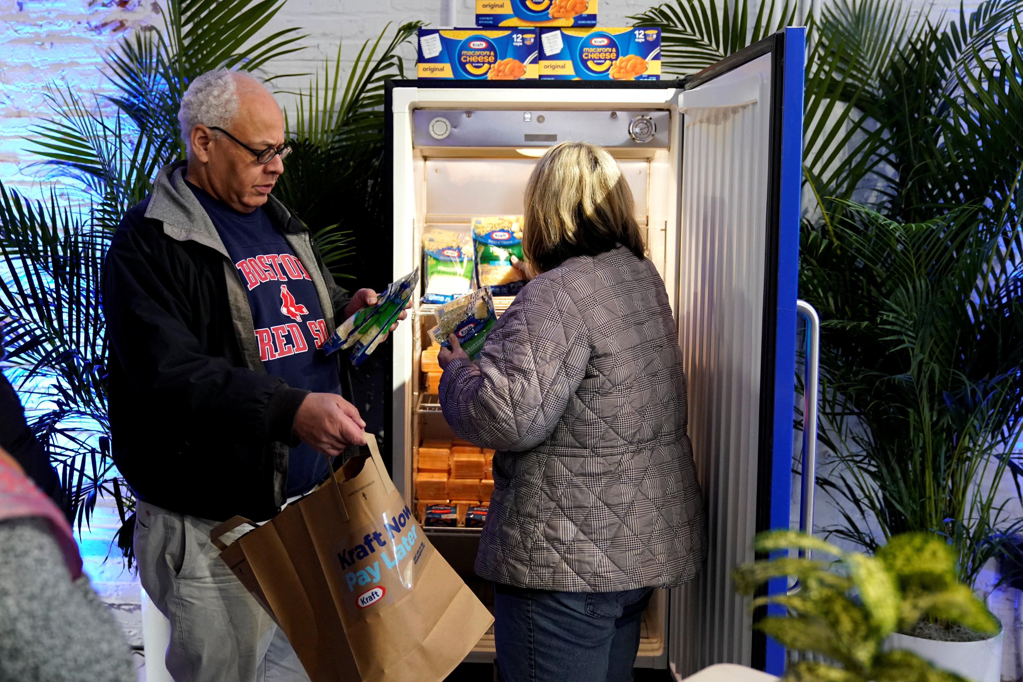 رجل وزوجته يحصلون على ما يحتاجون إليه من البضائع