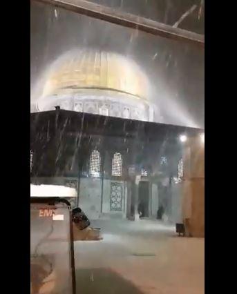 صورة آخرى توضح تساقط الثلوج والأمطار فوق  مسجد قبة الصخرة
