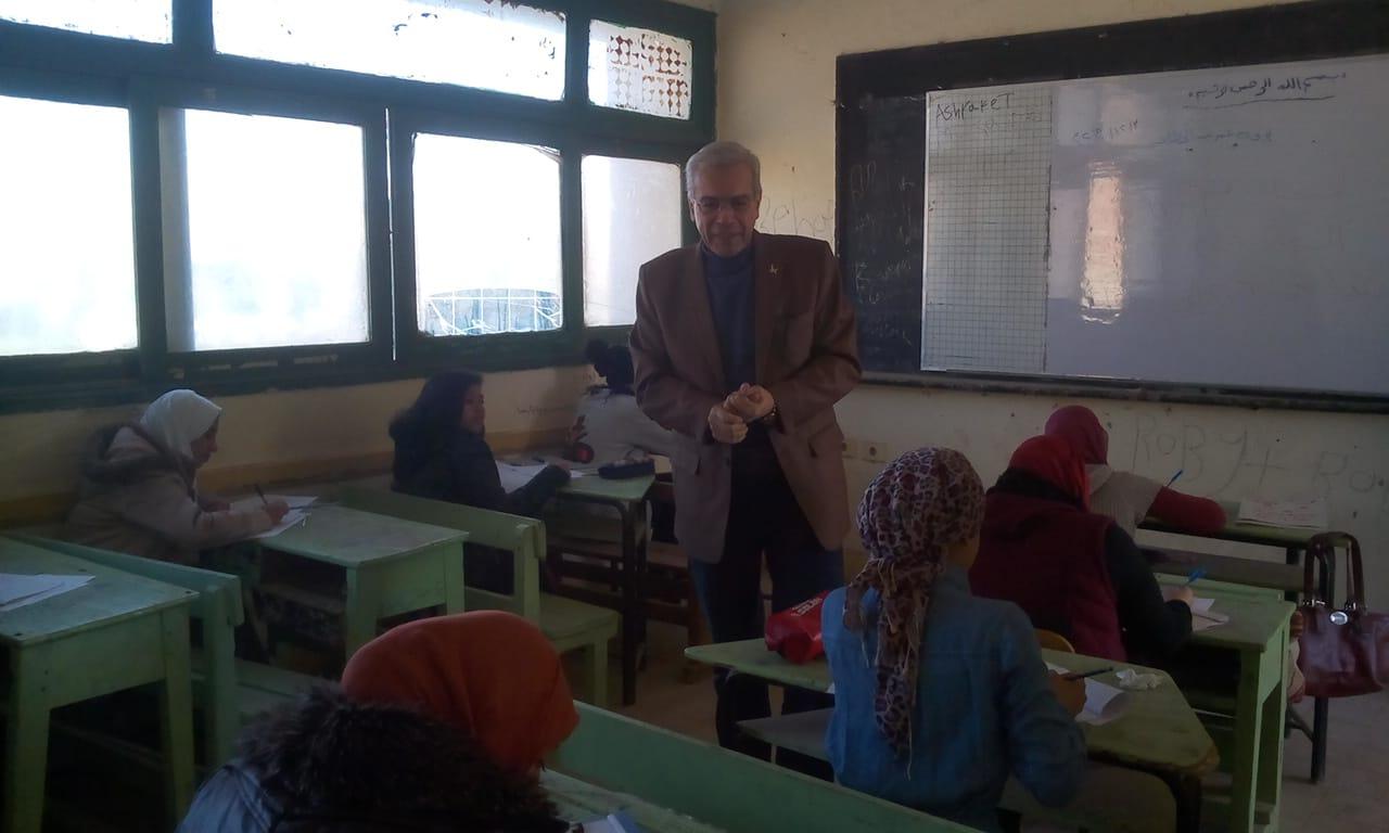 مدير تعليم القليوبية يتفقد سير امتحانات الشهادة الإعدادية (1)