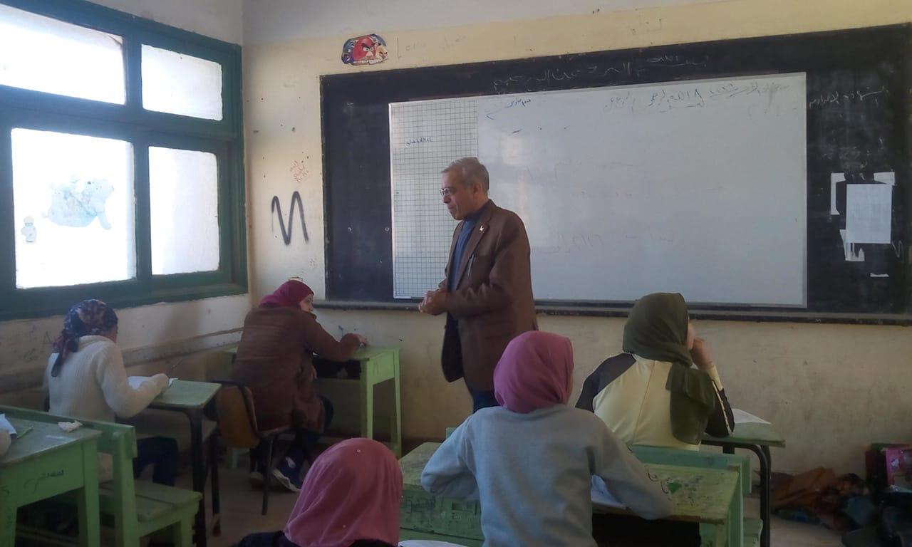 مدير تعليم القليوبية يتفقد سير امتحانات الشهادة الإعدادية (2)