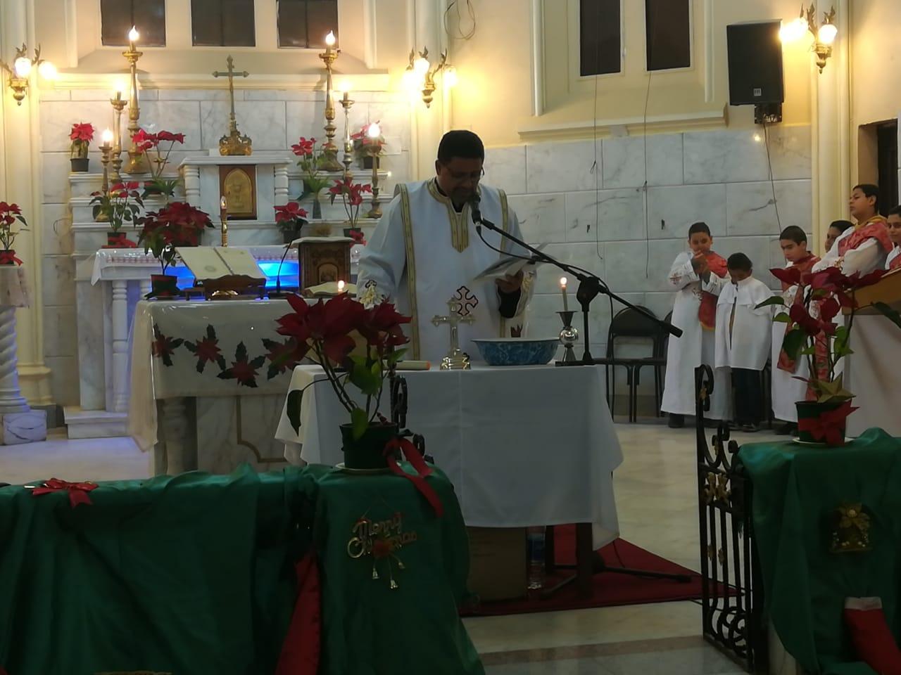 الأقباط يؤدون قداس عيد الغطاس بكنائس أسيوط (7)