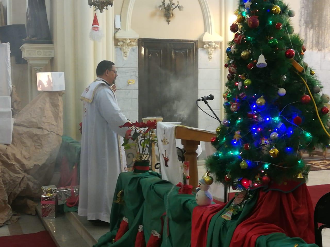 الأقباط يؤدون قداس عيد الغطاس بكنائس أسيوط (4)