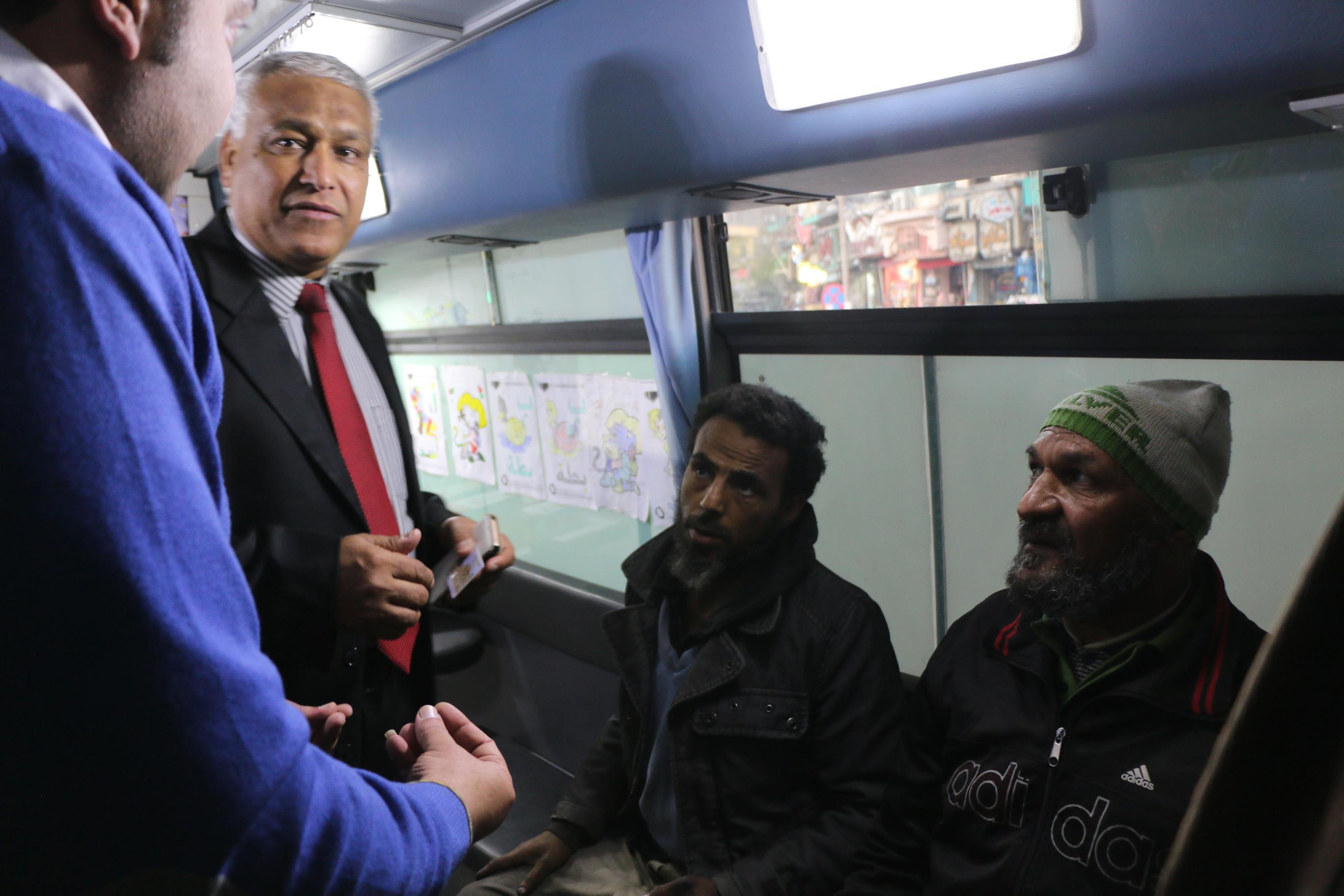 فرق الانقاذ وسيارات الاغاثة تجوب شوارع وميادين القاهرة لإنقاذ المشردين  (2)