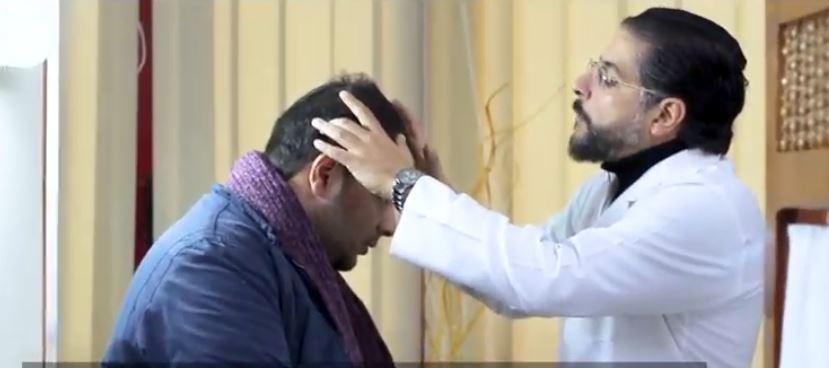 دكتور وائل غانم خلال الكشف على أحد مرضاه