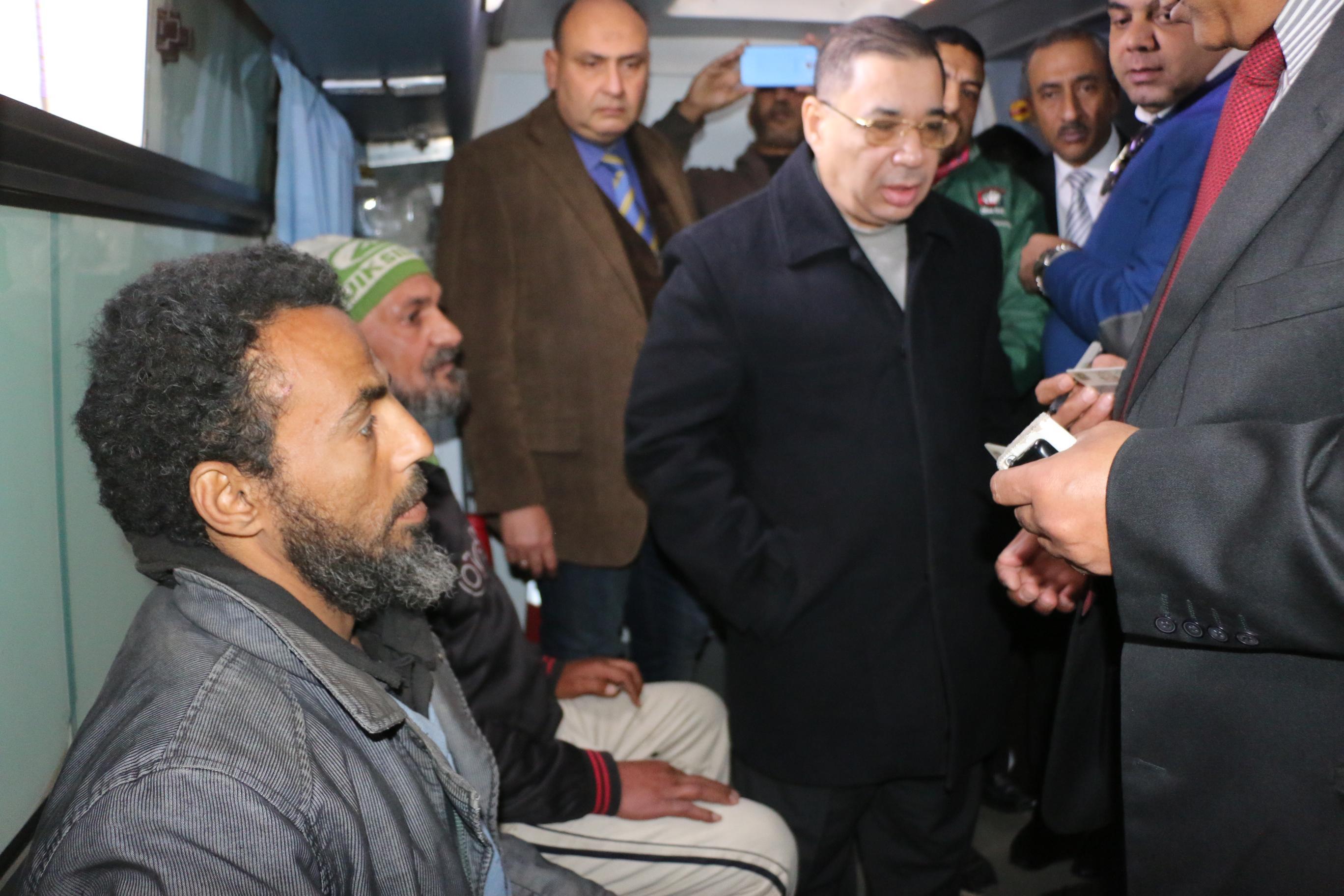 فرق الانقاذ وسيارات الاغاثة تجوب شوارع وميادين القاهرة لإنقاذ المشردين  (4)