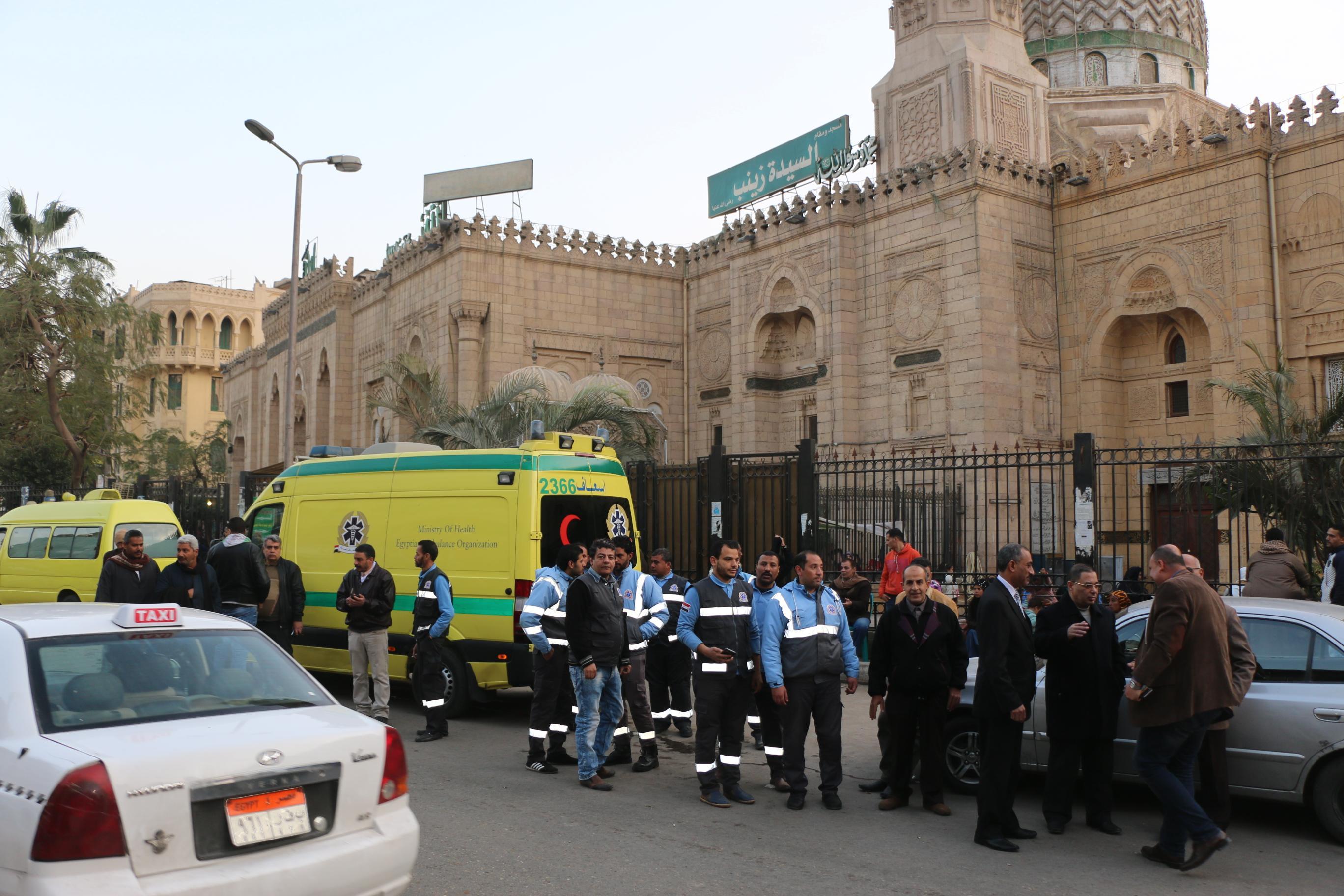 فرق الانقاذ وسيارات الاغاثة تجوب شوارع وميادين القاهرة لإنقاذ المشردين  (1)