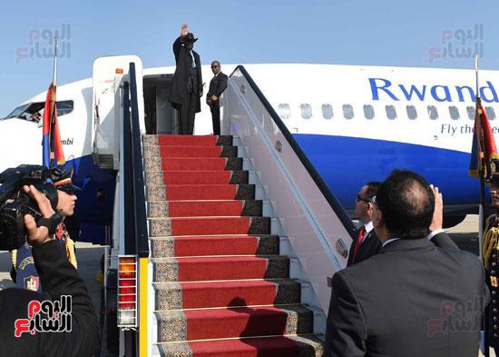 رئيس الوزراء يودّع سلفاكير بالمطار بعد انتهاء زيارته للقاهرة (10)
