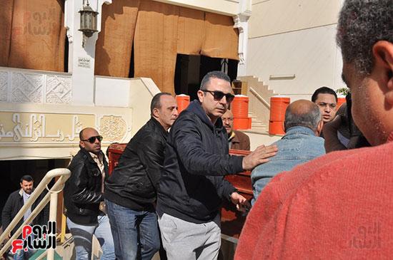 وصول جثمان الفنان الراحل سعيد عبد الغنى (8)