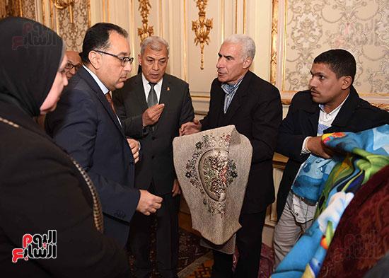 رئيس الوزراء يتفقد معرضا للمنتجات اليدوية لقرى المنوفية (12)