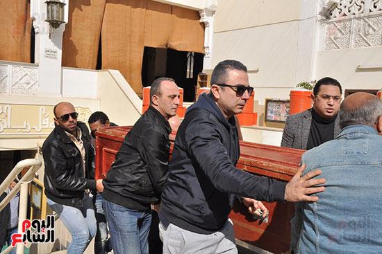وصول جثمان الفنان الراحل سعيد عبد الغنى (9)