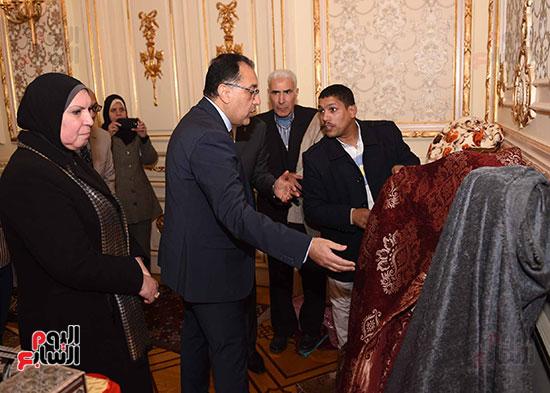 رئيس الوزراء يتفقد معرضا للمنتجات اليدوية لقرى المنوفية (11)