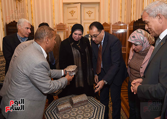 رئيس الوزراء يتفقد معرضا للمنتجات اليدوية لقرى المنوفية (18)