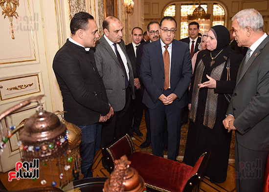 رئيس الوزراء يتفقد معرضا للمنتجات اليدوية لقرى المنوفية (5)