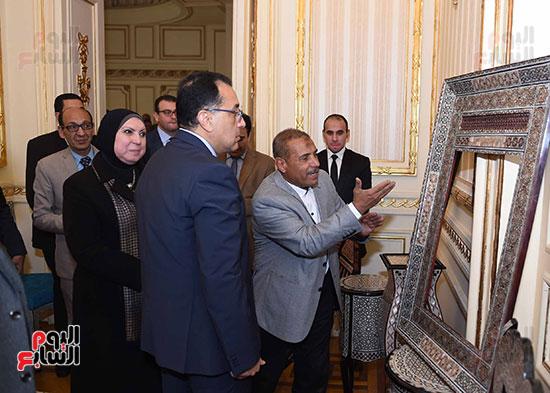 رئيس الوزراء يتفقد معرضا للمنتجات اليدوية لقرى المنوفية (17)