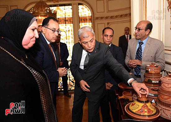 رئيس الوزراء يتفقد معرضا للمنتجات اليدوية لقرى المنوفية (15)