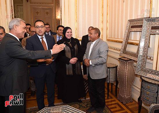 رئيس الوزراء يتفقد معرضا للمنتجات اليدوية لقرى المنوفية (16)