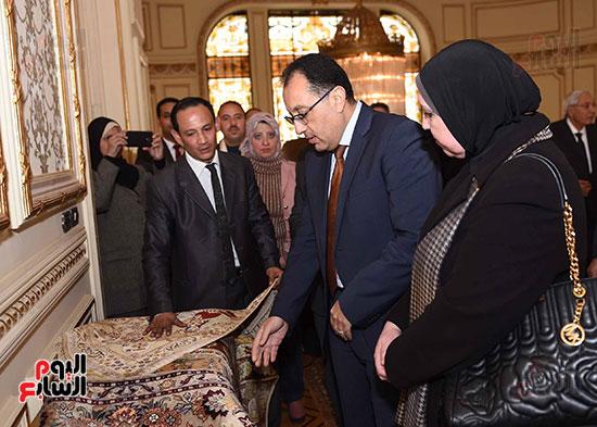 رئيس الوزراء يتفقد معرضا للمنتجات اليدوية لقرى المنوفية (1)