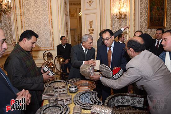 رئيس الوزراء يتفقد معرضا للمنتجات اليدوية لقرى المنوفية (7)