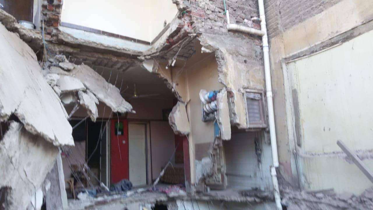 انقاذ سيدة وابنتها فى انهيار جزئى بمنزل باسيوط (3)