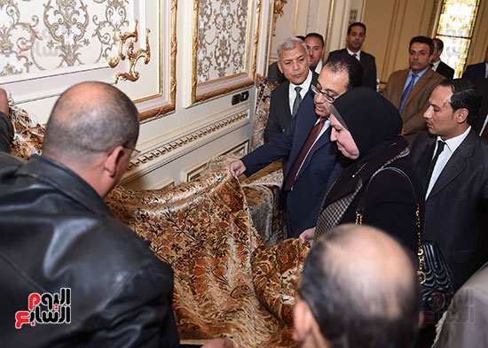 رئيس الوزراء يتفقد معرضا للمنتجات اليدوية لقرى المنوفية (3)