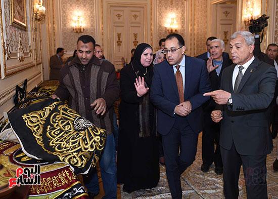 رئيس الوزراء يتفقد معرضا للمنتجات اليدوية لقرى المنوفية (14)