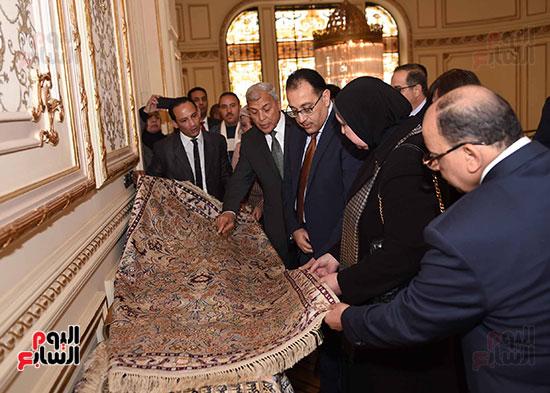رئيس الوزراء يتفقد معرضا للمنتجات اليدوية لقرى المنوفية (2)