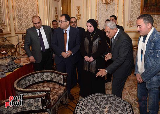 رئيس الوزراء يتفقد معرضا للمنتجات اليدوية لقرى المنوفية (9)