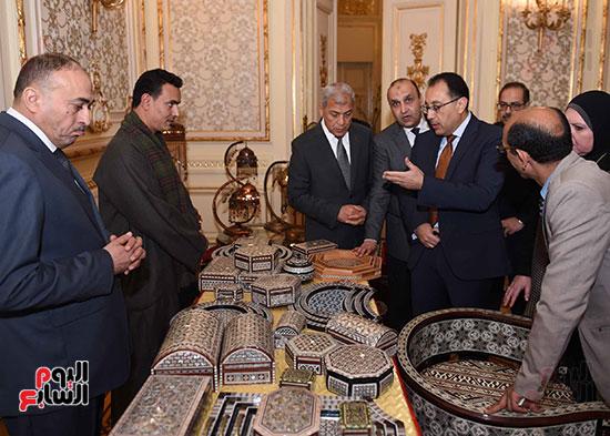 رئيس الوزراء يتفقد معرضا للمنتجات اليدوية لقرى المنوفية (6)