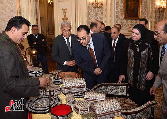 رئيس الوزراء يتفقد معرضا للمنتجات اليدوية لقرى المنوفية (8)