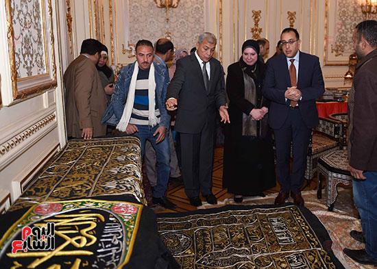 رئيس الوزراء يتفقد معرضا للمنتجات اليدوية لقرى المنوفية (13)