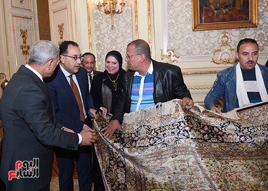 رئيس الوزراء يتفقد معرضا للمنتجات اليدوية لقرى المنوفية (4)