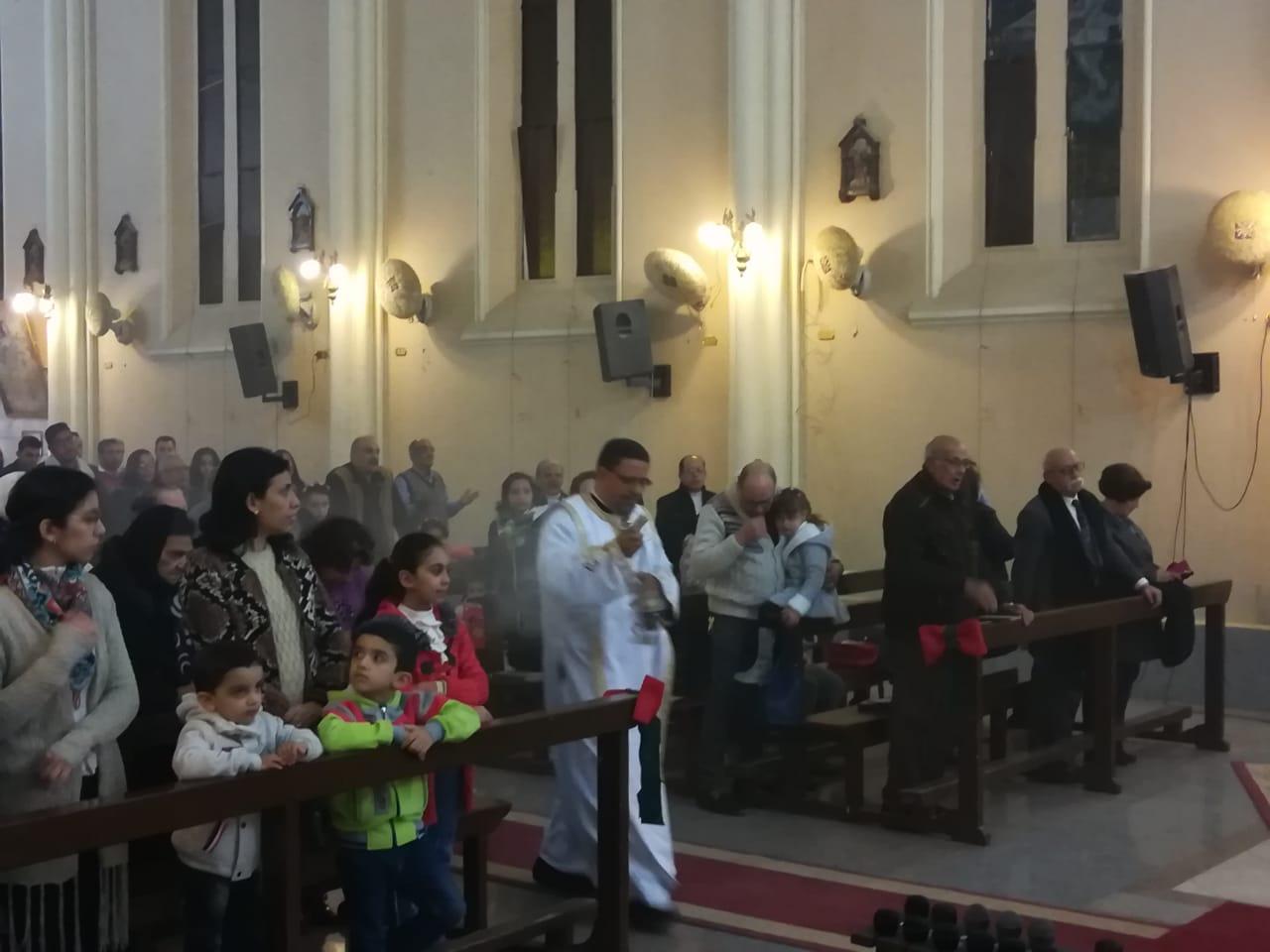 الأقباط يؤدون قداس عيد الغطاس بكنائس أسيوط (3)