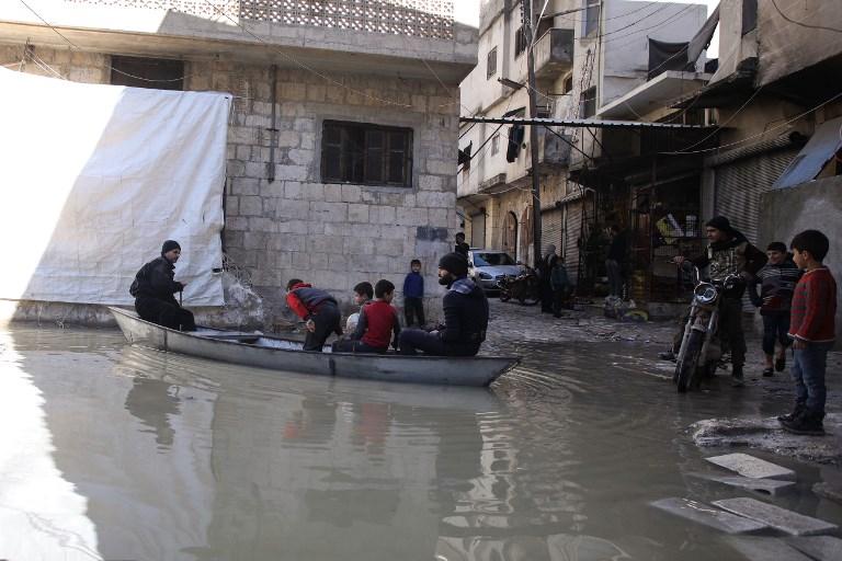المزارع يحمل الأطفال على القارب