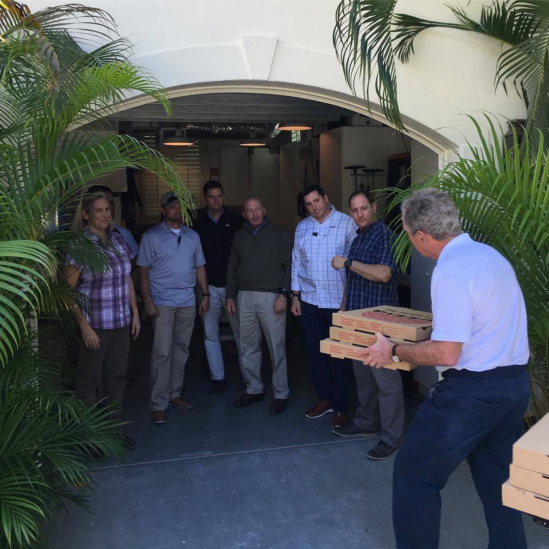 جورج بوش يوصل البيتزا للموظفين الفيدراليين