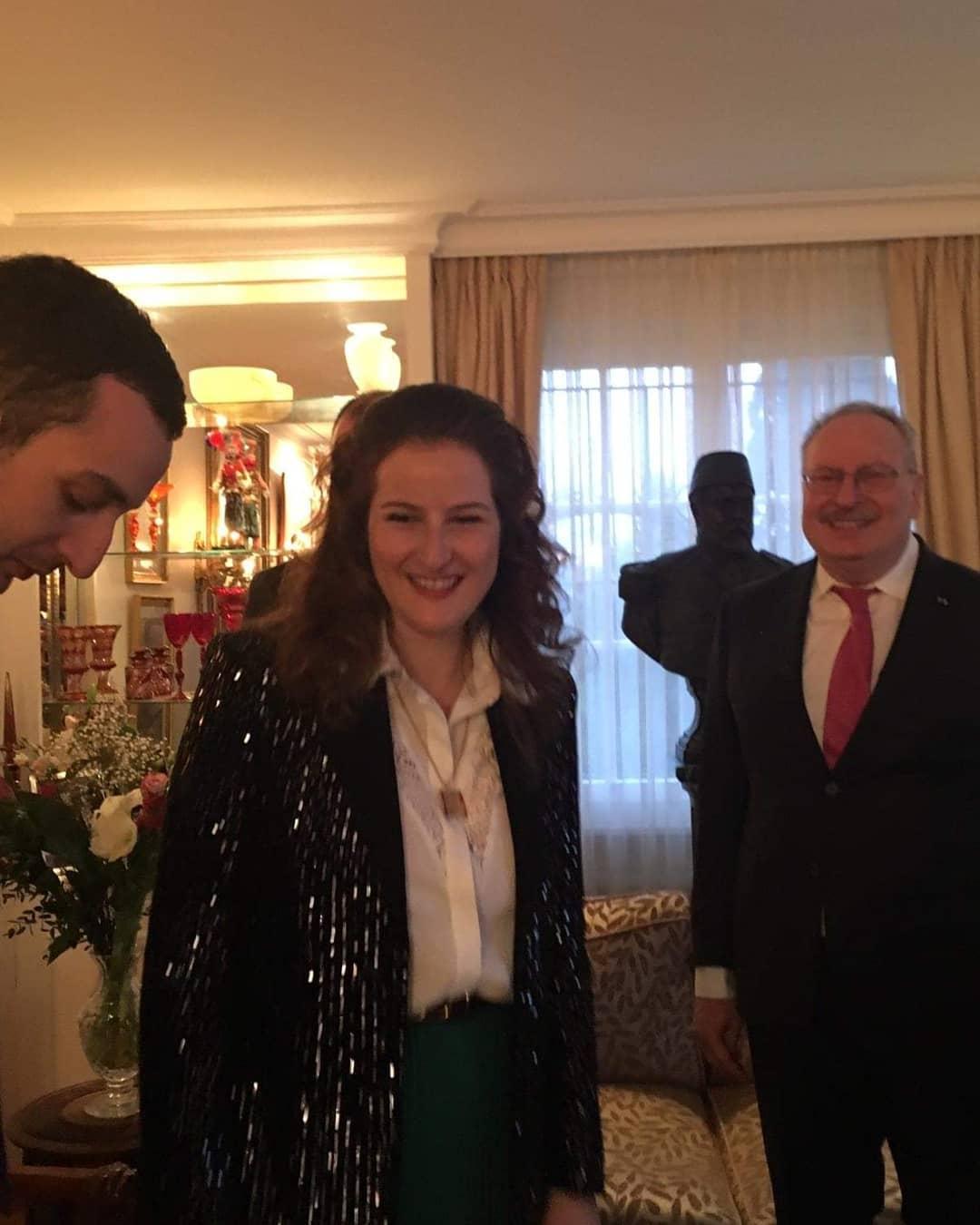 الأميرة فوزية لطيفة مع والدها وشقيقها الأمير فخر الدين