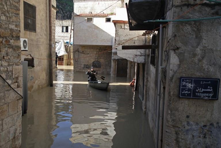 المزارع يستخدم القارب فى الشارع