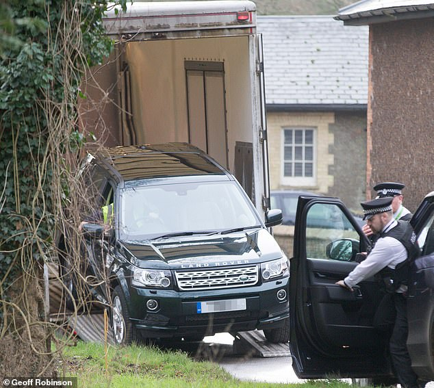 8694144-6607197-Armed_Police_arrive_at_Sandringham_as_a_new_Freelander_and_exact-m-47_1547824292296