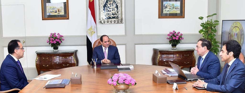 الرئيس السيسي يجتمع برئيس الوزراء ووزير البترول