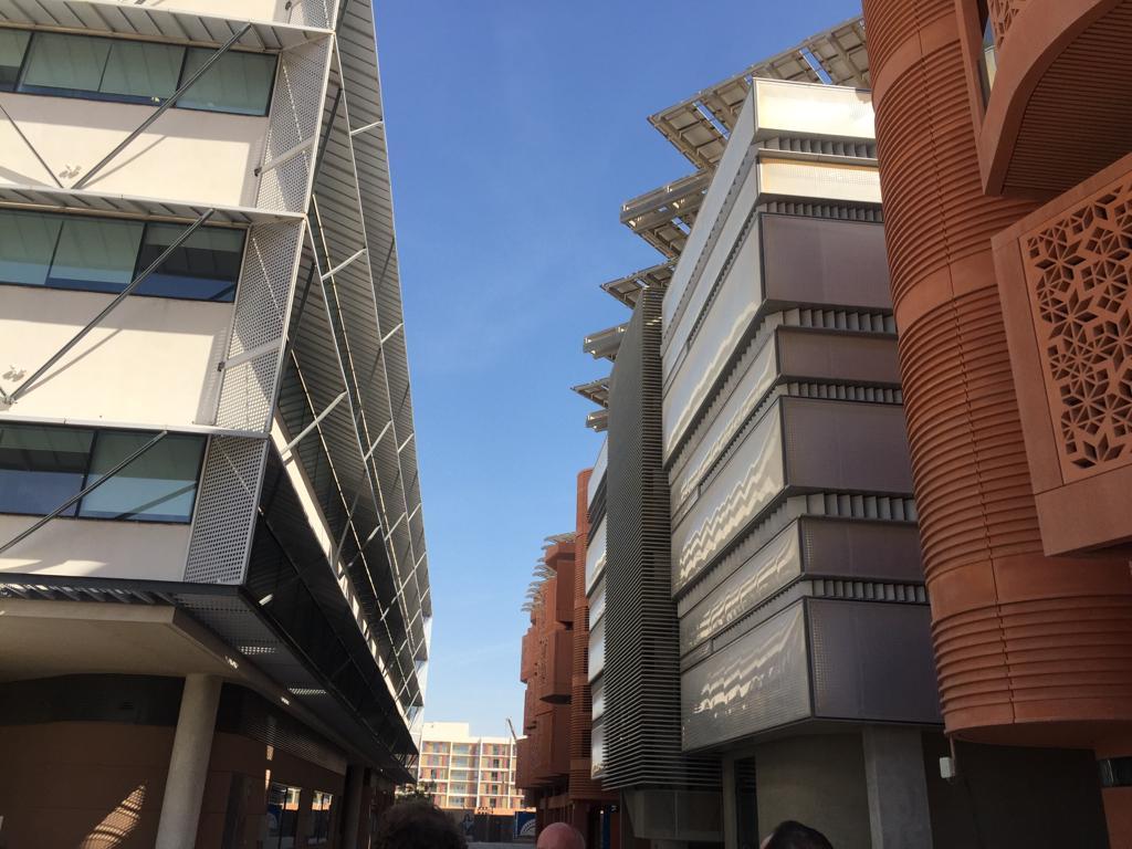 تصميم معماري يسمح بالاستفادة من الشمس والرياح في استخدام الطاقة
