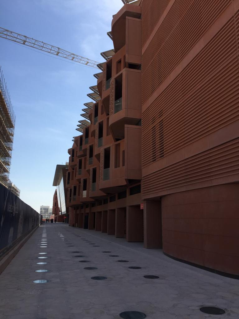 تصميم معماري يسمح بالاستفادة من الشمس والرياح في توليد الطاقة