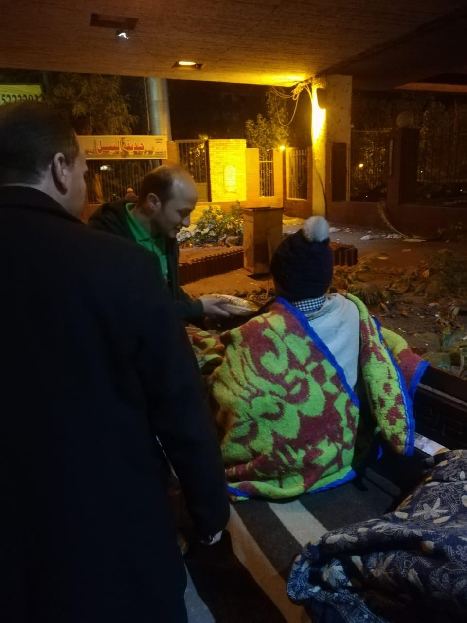 مساعدة المشردين بالشوارع (12)