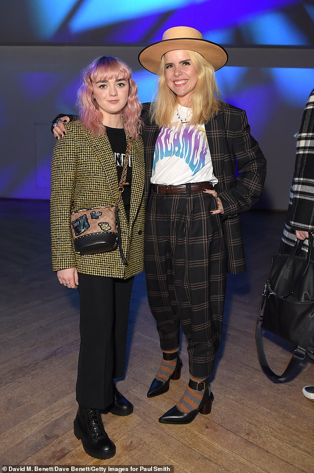 8783724-6614537-Picture_perfect_Maisie_Williams_21_sat_front_row_alongside_Palom-a-2_1548059300993