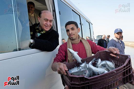 الفريق-مهاب-مميش-يتفقد-مشروع-الاستزراع-السمكى-بالإسماعيلية-(4)